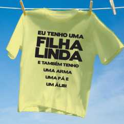 Camiseta Amarela Eu tenho uma filha linda
