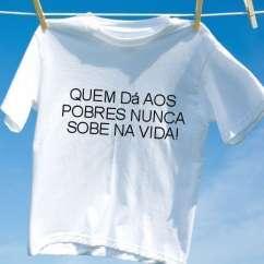 Camiseta Quem da aos pobres nunca sobe na vida