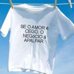 Camiseta Se o amor e cego o negocio a apalpar