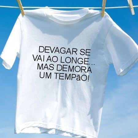 Camiseta Devagar se vai ao longe mas demora um tempao