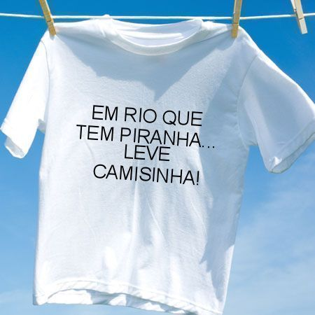 Camiseta Em rio que tem piranha leve camisinha
