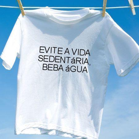 Camiseta Evite a vida sedentaria beba agua